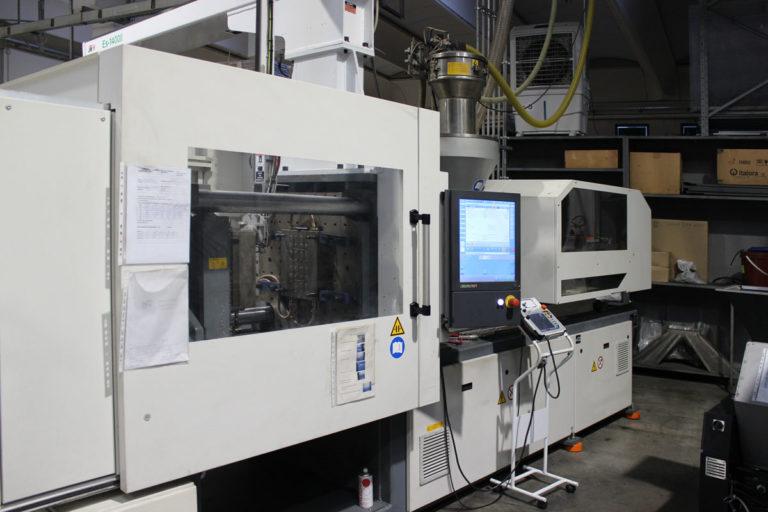 Macchinario automatizzato stampaggio materiale plastico riciclato